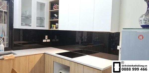 Kính ốp bếp màu đen mẫu 1