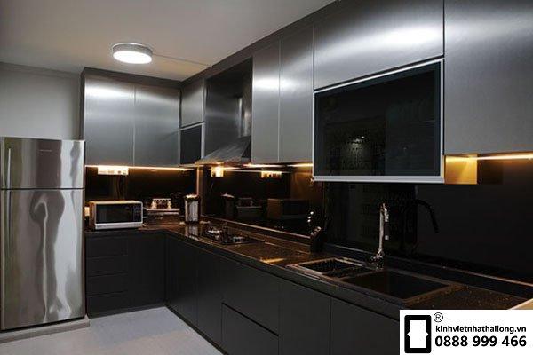 Kính ốp bếp màu đen mẫu 3