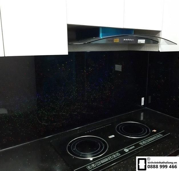Kính ốp bếp màu đen kim sa mẫu 1