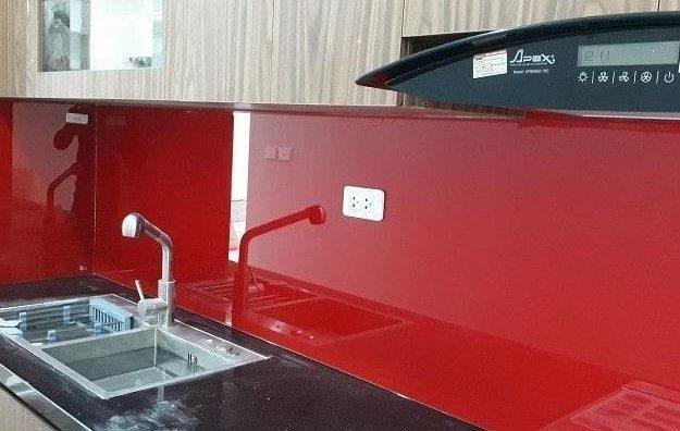 Kính ốp bếp màu đỏ