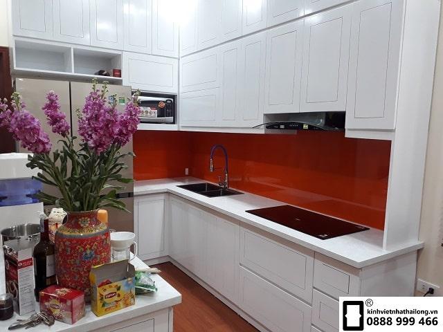 Kính ốp bếp màu đỏ cam