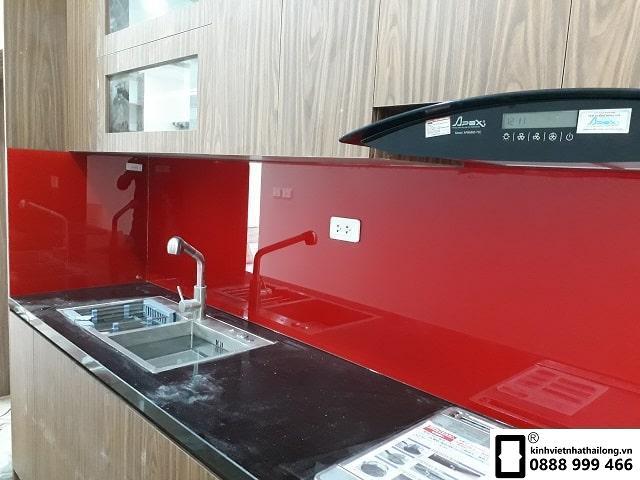 Kính ốp bếp màu đỏ tươi mẫu 1