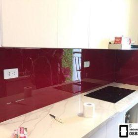 Kính ốp bếp màu đỏ vang