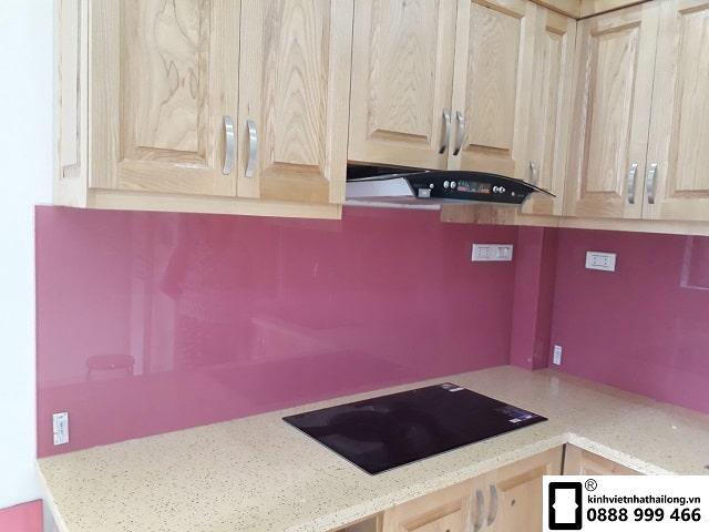 Kính ốp bếp màu hồng đậm mẫu 1