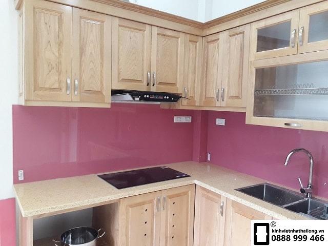 Kính ốp bếp màu hồng đậm mẫu 2