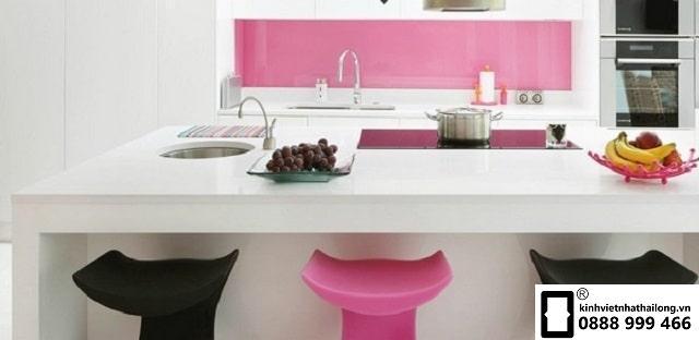 Kính ốp bếp màu hồng nhạt mẫu 1