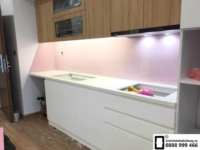 Kính ốp bếp màu hồng nhạt mẫu 2