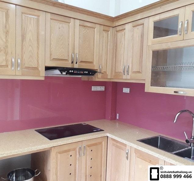 Kính ốp bếp màu hồng