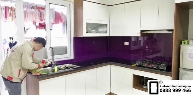 Kính ốp bếp màu tím khói mẫu 1