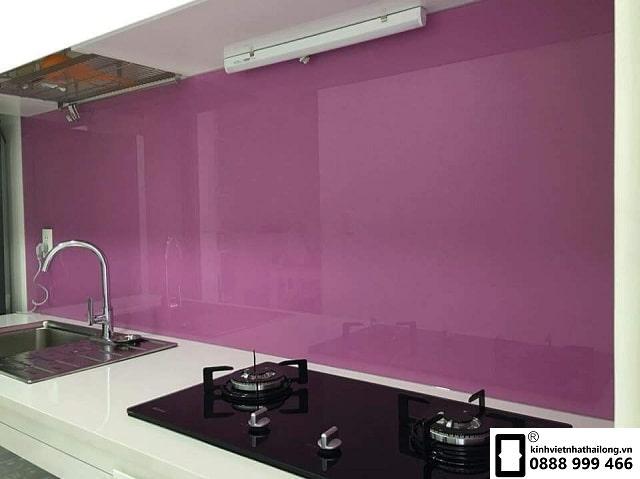 Kính ốp bếp màu tím nhạt mẫu 1