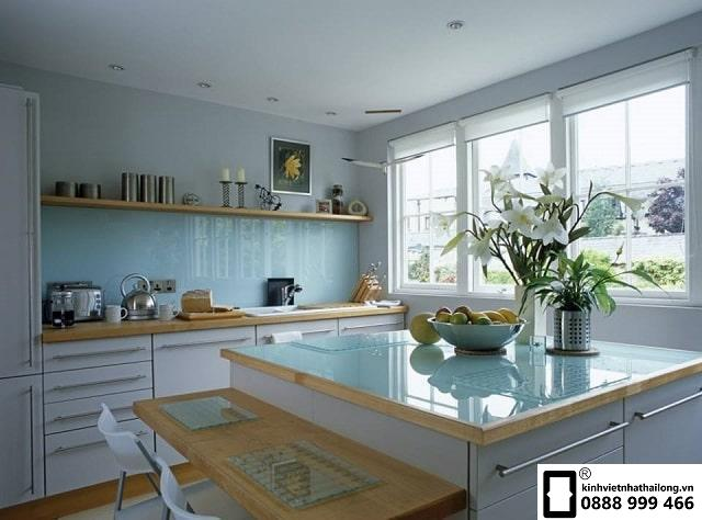 Kính ốp bếp màu trắng xanh mẫu 1