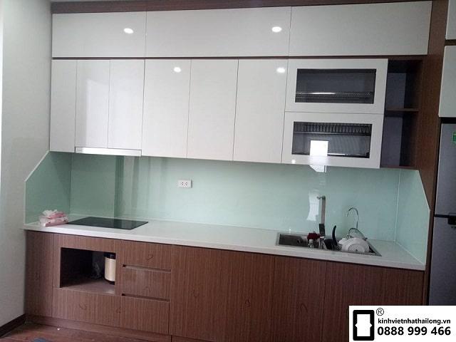 Kính ốp bếp màu trắng xanh mẫu 2