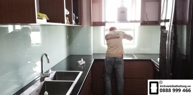 Kính ốp bếp màu trắng xanh mẫu 4