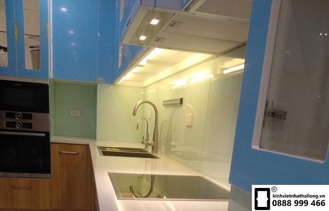 Kính ốp bếp màu trắng xanh mẫu 5
