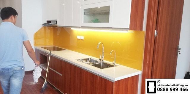 Kính ốp bếp màu vàng thu mẫu 1