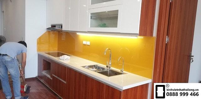 Kính ốp bếp màu vàng thu mẫu 2