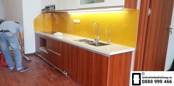Kính ốp bếp màu vàng thu mẫu 3