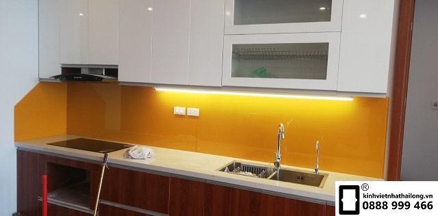 Kính ốp bếp màu vàng thu mẫu 4