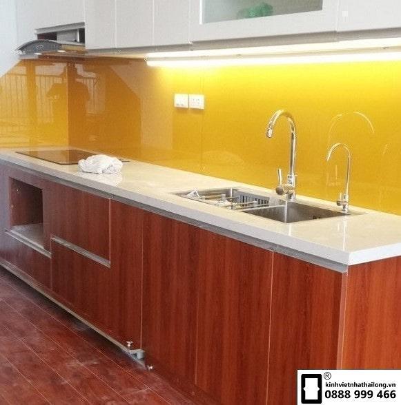 Kính ốp bếp màu vàng thu