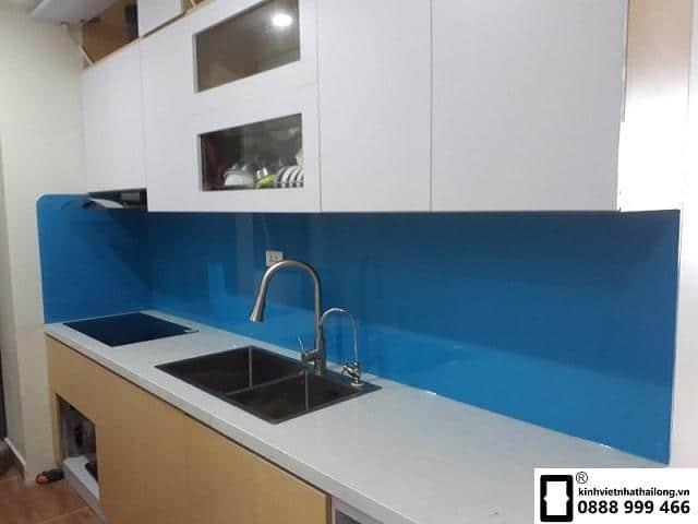 Kính ốp bếp màu xanh dương mẫu 1
