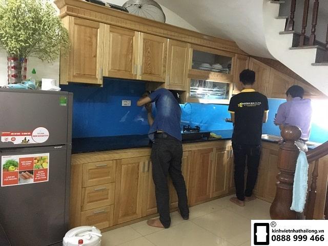 Kính ốp bếp màu xanh dương mẫu 2