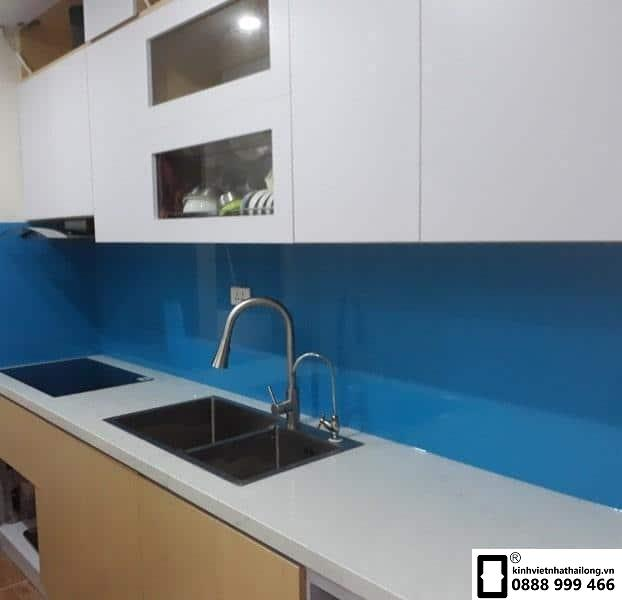 Kính ốp bếp màu xanh dương mẫu