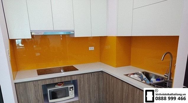 Kính ốp bếp màu cam vàng mẫu 1