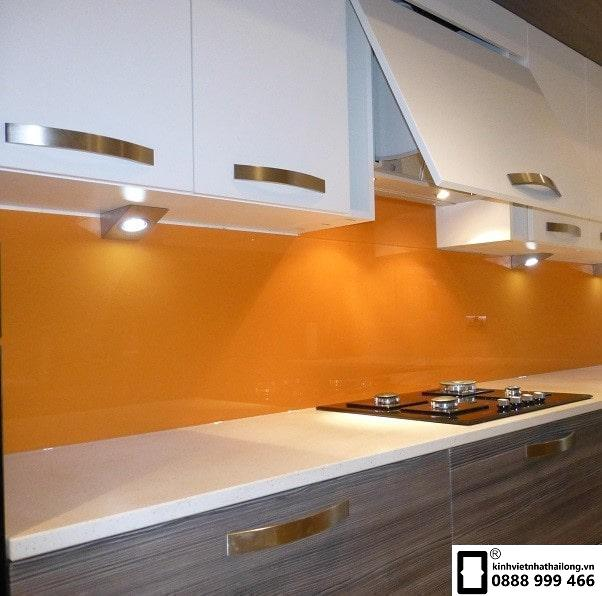 Kính ốp bếp màu cam vàng