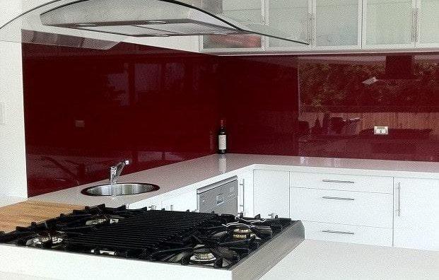 Kính ốp bếp màu đỏ ruby
