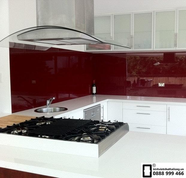 Kính ốp bếp màu đỏ rubi mẫu 10