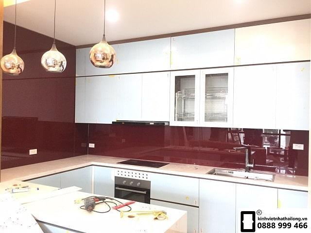 Kính ốp bếp màu đỏ rubi mẫu 12