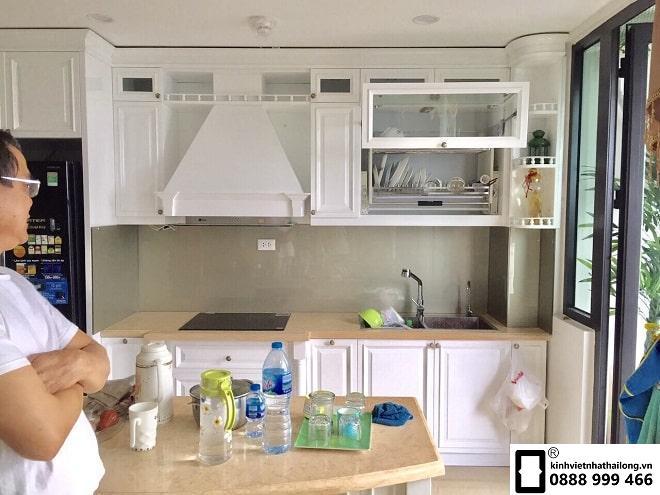 Kính ốp bếp màu nhũ ánh bạc mẫu 1