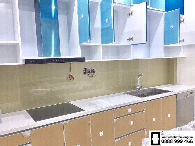 Kính ốp bếp màu nhũ ánh bạc mẫu 3