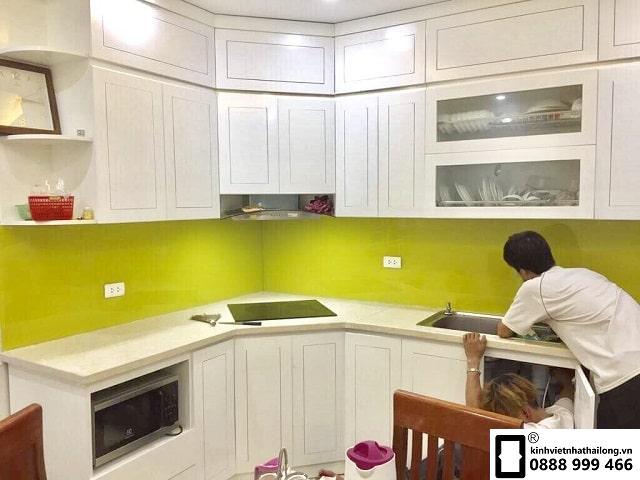 Kính ốp bếp màu vàng chanh mẫu 1