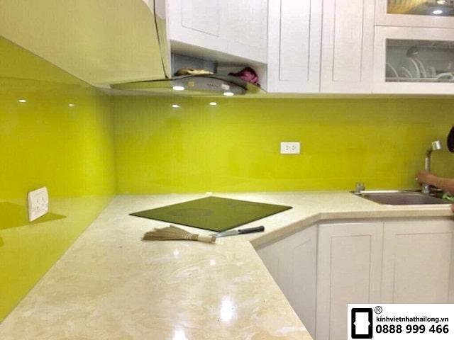 Kính ốp bếp màu vàng chanh mẫu 2