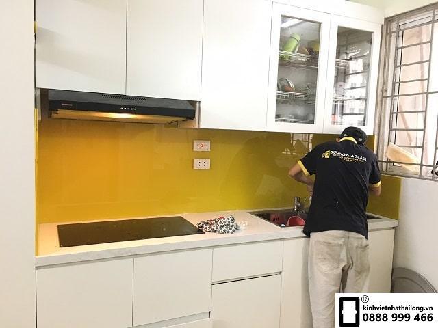 Kính ốp bếp màu vàng chanh đậm mẫu 1