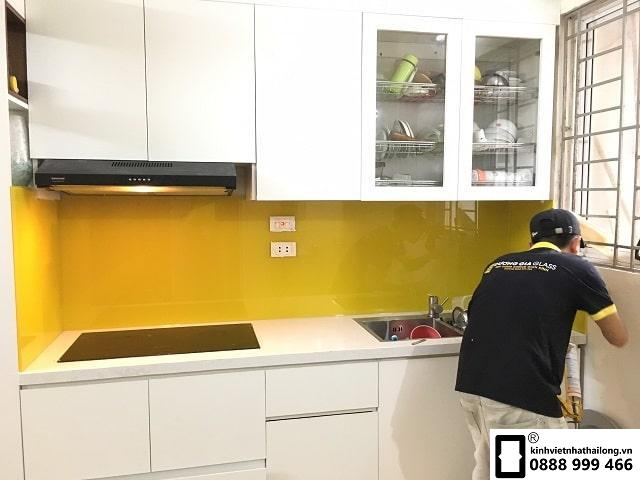 Kính ốp bếp màu vàng chanh đậm