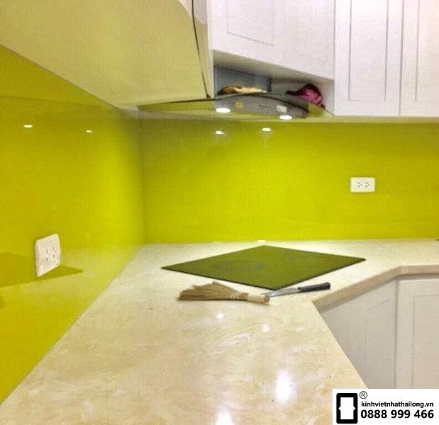 Kính ốp bếp màu vàng chanh