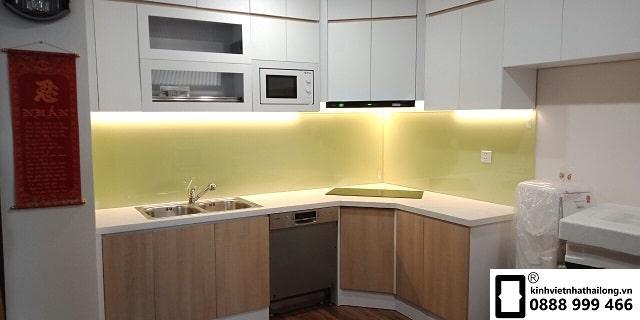 Kính ốp bếp màu vàng sữa mẫu 1