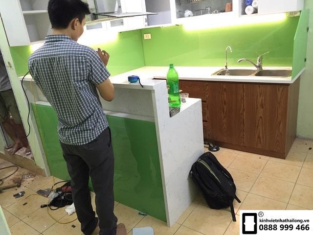 Kính ốp bếp màu xanh cốm mẫu 2