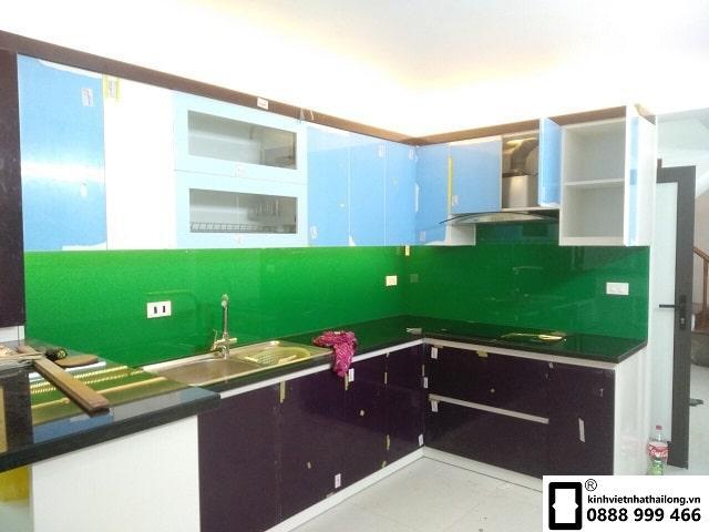 Kính ốp bếp màu xanh lá mẫu 1