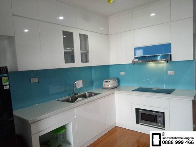 Kính ốp bếp màu xanh lơ mẫu 1