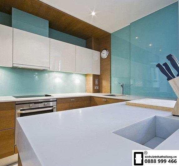 Kính ốp bếp màu xanh lơ