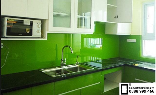 Kính ốp bếp màu xanh lá cây cho người mệnh mộc