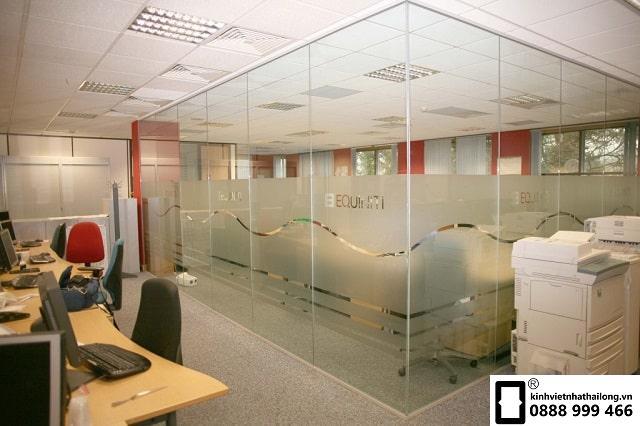 Vách kính văn phòng cho không gian nhiều ánh sáng