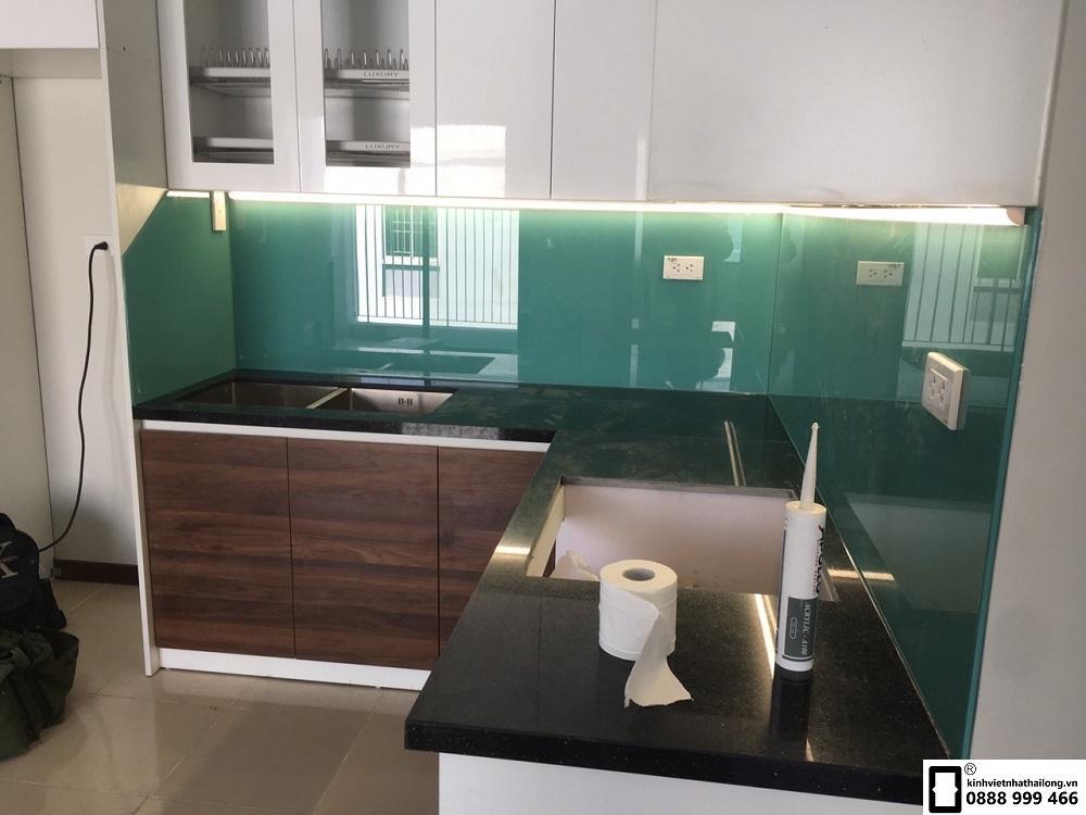 Lắp đặt kính ốp bếp màu xanh ngọc tại Lê Văn Lương
