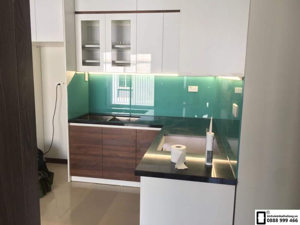 Lắp đặt kính ốp bếp màu xanh ngọc tại Lê Văn Lương 2