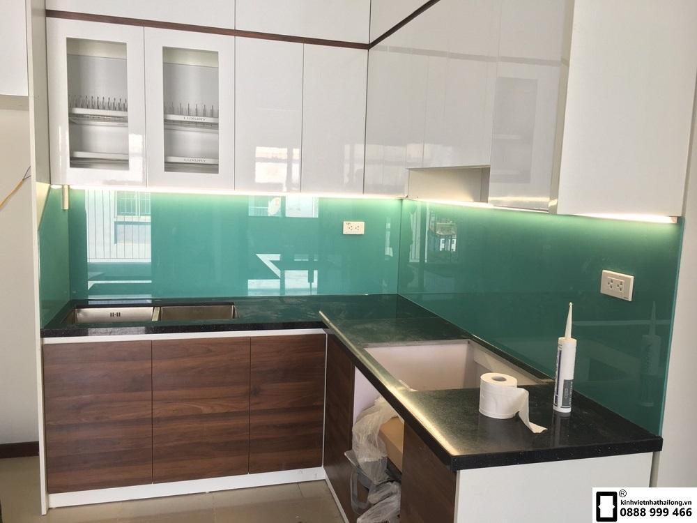 Lắp đặt kính ốp bếp màu xanh ngọc tại Lê Văn Lương 3