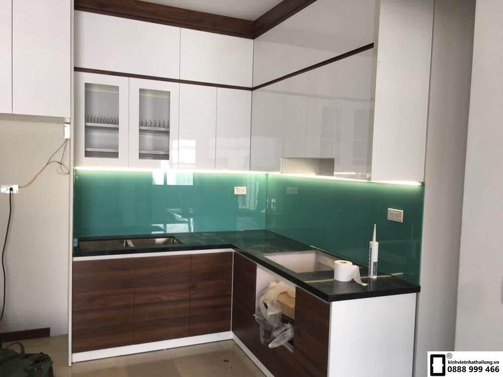 Lắp đặt kính ốp bếp màu xanh ngọc tại Lê Văn Lương 4