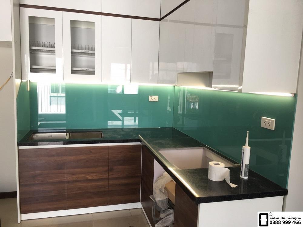 Lắp đặt kính ốp bếp màu xanh ngọc tại Lê Văn Lương 5